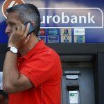 Les Grecs ruent dans les banques pour retirer leur épargne