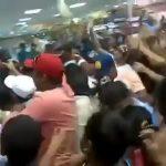 Scène dramatique au Venezuela pour obtenir du lait en poudre
