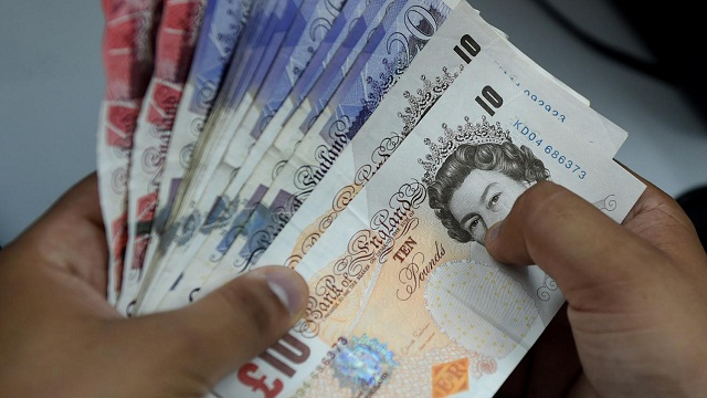 La moitié des adultes du Royaume-Uni sont payés par l'état
