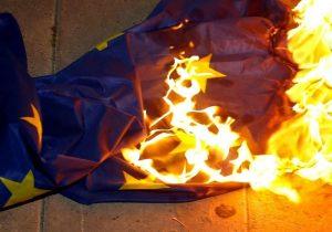 Drapeau-européen-brûlé