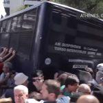 Grèce: des retraités fous de rage tentent de renverser un fourgon de police
