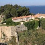 Tandis que les français se serrent la ceinture, Macron souhaite installer une piscine au Fort de Brégançon