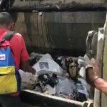 Dans un Venezuela en faillite, la population en est réduite à se nourrir directement à l'arrière de camion-poubelles !