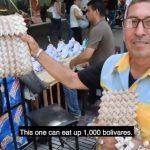 La monnaie vénézuélienne, sans aucune valeur intrinsèque, transformée en sacs à main et en sculptures