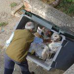 Après le travail, certains américains en sont à devoir chercher de la nourriture dans les poubelles des voisins
