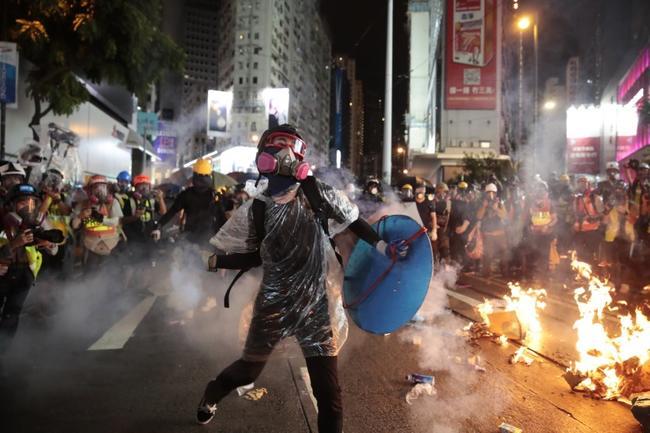 40% des Hongkongais veulent fuir leur ville au beau milieu des manifestations et d'une récession imminente !!