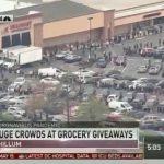 USA: Dans le Maryland, des centaines de laissés-pour-compte font la queue pour un chèque-cadeau de 30$ devant certains supermarchés.