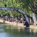 Paris: Le Canal Saint-Martin a été très fréquenté lors de ce 1er jour de déconfinement… La distanciation sociale ici, on s'en fout !