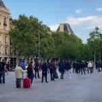 A Paris et partout ailleurs, l'épidémie accentue la précarité et les inégalités sociales. Ce soir à République, Une file d'attente sur une centaine de mètres lors de la distribution des Restos du Coeur