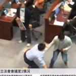 Scène de chaos au Parlement de Hong Kong ! Des députés Pro-Pekin et pro-démocratie se sont affrontés pendant plus d'1 heure pour savoir qui présidera le comité de la Chambre !