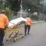 Venezuela, le pays du pétrole: Obligé de pousser un patient sur un brancard vers la clinique car l'ambulance n'a plus d'essence !