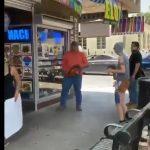 """USA: Les émeutiers crient """"Fuck The Police"""" puis aussitôt """"Appelez la Police"""", après qu'un gérant de magasin les pourchasse avec une tronçonneuse !"""
