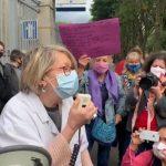"""""""La médaille, on n'en veut pas. On veut des augmentations de salaires"""": une action du personnel soignant s'est tenue à l'hôpital Tenon ce 8 juin"""