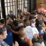 Des manifestants ont tenté de prendre d'assaut le Ministère de l'intérieur à Beyrouth au Liban.