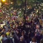 54ème jour de manifestation consécutive à Portland dans l'Oregon. Des milliers de personnes manifestent. Des affrontements sont en cours. Il est 2 h du matin sur place