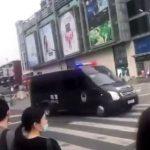 Images de la police chinoise en direction du consulat américain de Chengdu. La Chine a ordonné la fermeture du consulat américain ! Escalade des tensions !!