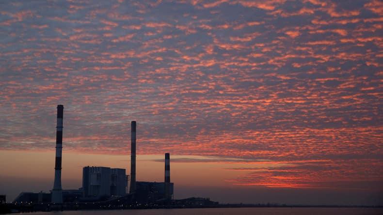 Réacteurs nucléaires à l'arrêt, éoliennes sans vent, la France recourt au charbon et à l'import