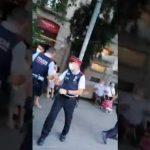 Port du MASQUE: La police espagnole tente de verbaliser et d'embarquer une dame, mais le peuple ne laisse pas faire