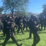 """USA: En cours, des centaines de membres de la NFAC, une milice noire, défilent """"lourdement armés"""" dans les rues de Louisville dans le Kentucky"""