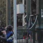 La scène fait scandale au Chili. Un policier a poussé un manifestant de 16 ans au dessus d'un pont lors d'une manifestation antigouvernementale hier à Santiago.