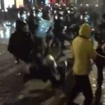 Un policier de la BRAV tacle un journaliste lors de la dispersion au Trocadéro.