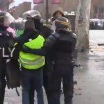 Faux Gilet Jaune ? Hmmm,... des policiers infiltrés dans les manifestations en France ?... Non jamais !