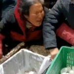 """Résurgence du Covid en Chine: Un nouveau confinement déclenche le """"Chaos et la Panique"""" dans les épiceries tandis que les prix s"""