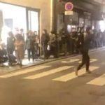 Terribles images ce soir à Paris. De nombreux étudiants font la queue comme tous les soirs de la semaine pour une distribution de nourriture.