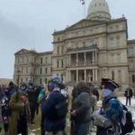 Quelques dizaines de manifestants, certains armés se rassemblent devant le Capitole de l